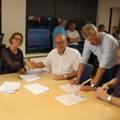 Ondertekening samenwerkingsovereenkomst tussen R.K.S.V. Onze Gezellen en Coöperatie Kennemer Energie voor collectief zonnestroomdak